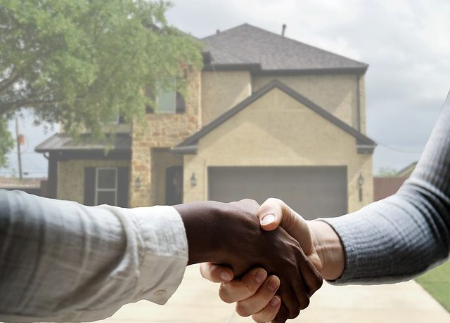 Shaking hands - Learn how to get the right real estate agent and find out which questions to ask your realtor before buying a home remotely.